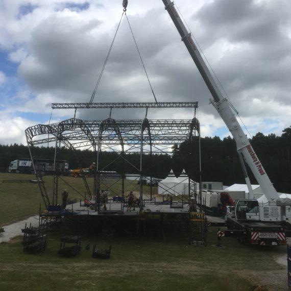 Liebherr LTM 1090 - 4.1 helping out at V Festival